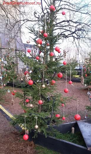 парад елка с шишками и шарами